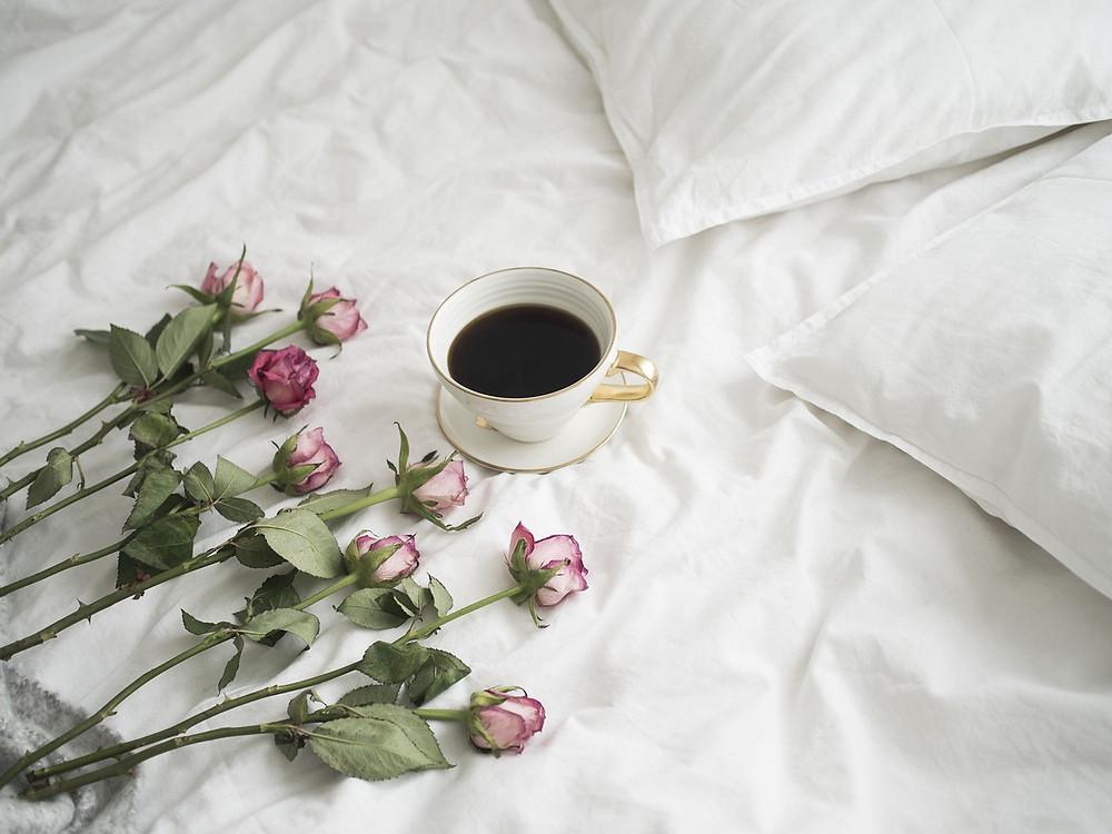 røde roser på sengen