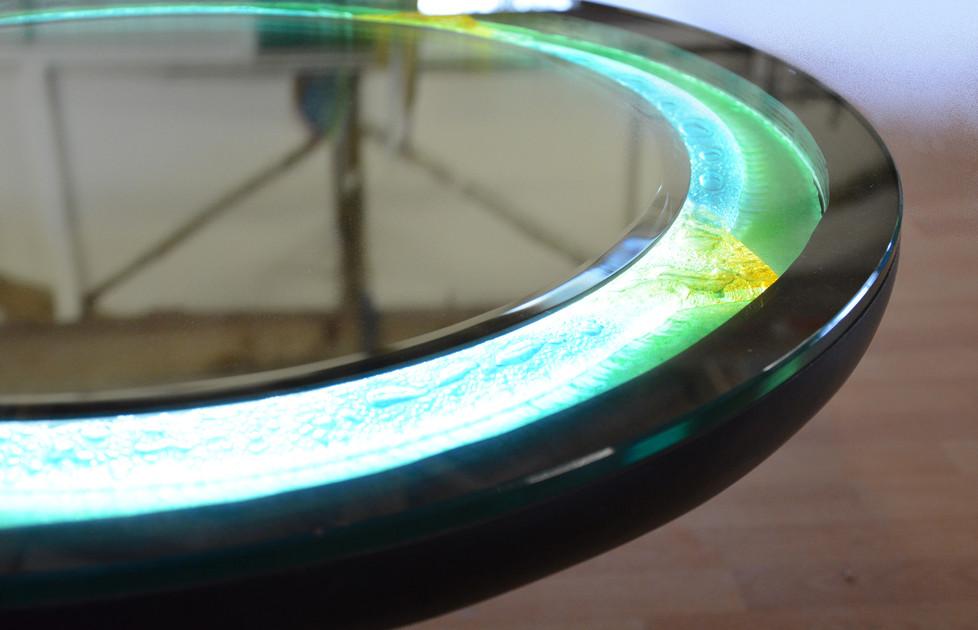 Projet de restauration: Le miroir et son cadre en verre fusionné avec intégration de LED a été spécialement dessiné pour remplacer le plateau endommagé de cette table.