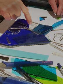 Découpage du verre teinté dans la masse.