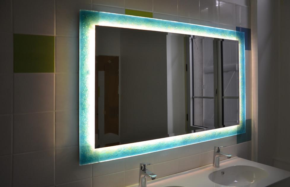 Comment lier décoration et fonction: Habillez votre salle d'eau avec un miroir lumineux!