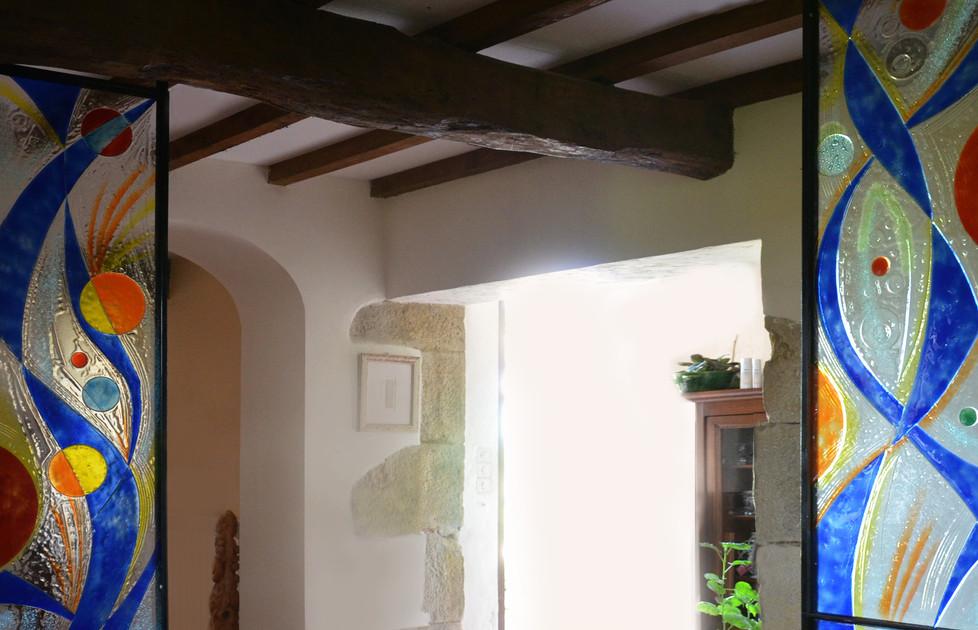 Vitrail en verre fusionné pour panneaux architecturaux reliant poutres et sol pour restructurer, avec légèreté cette vaste salle.