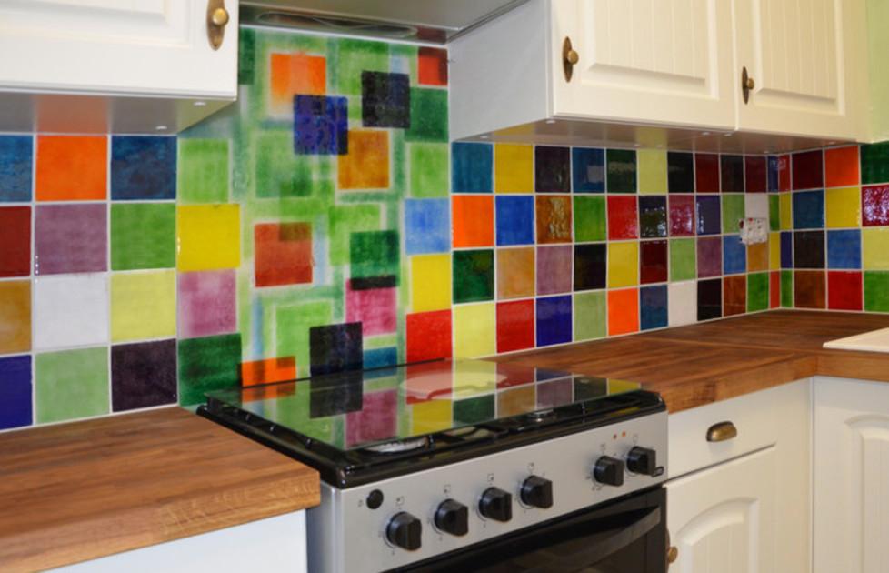 Cuisinnez en couleurs! Création et installation de crédence et de fond de hotte.