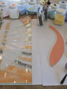 Préparation de la coloration des pièces de verre. Les pigments se révèleront pendant la cuisson.