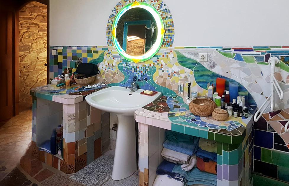 Miroir lumineux et crédence de salle de bain.