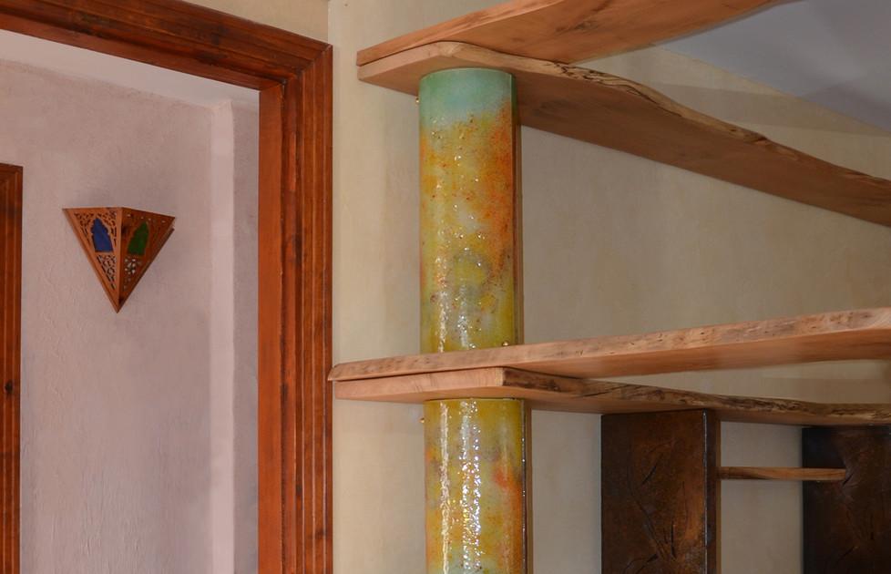 Colonnes portantes en verre fusionné pour étagères en bois massif, avec intégration de LED.