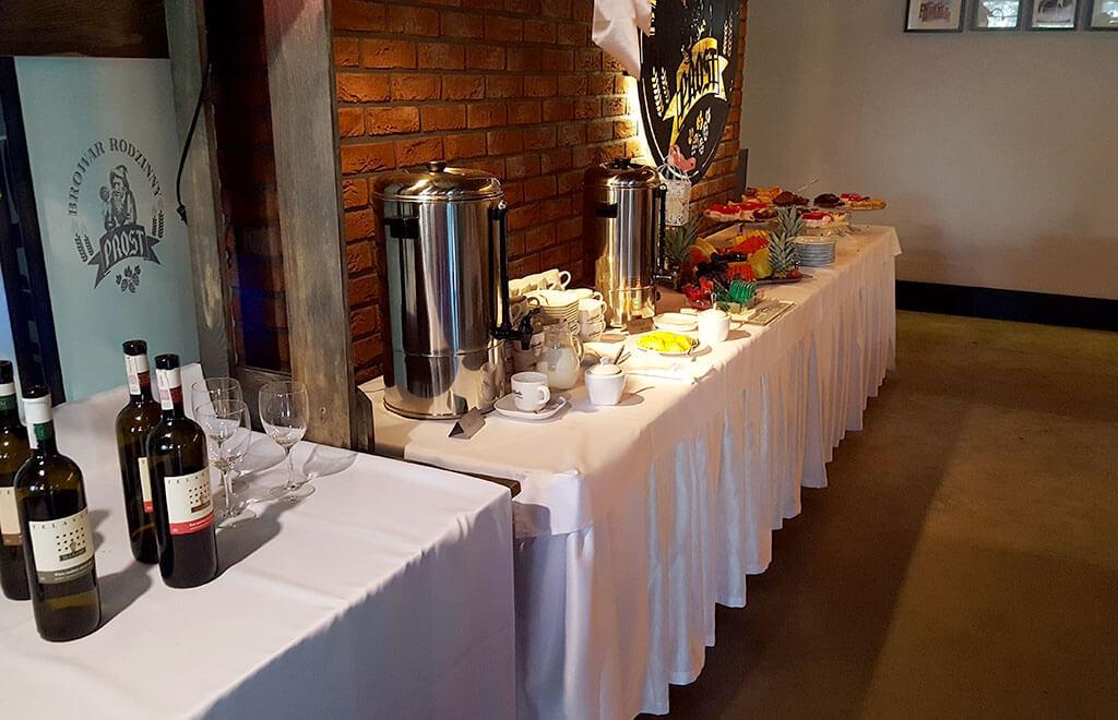 Weselny stolik z ciastem i winem