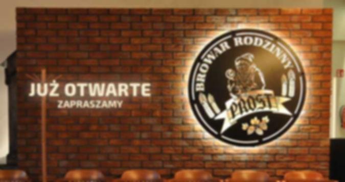 Podświetlona marka firmy Prost, zawierająca charakterystyczne cechy w postaci: chmielu oraz pszenicy. Informuje o tym, że piwo kraftowe jest głównym motorem napędzającym rodzinny Browar Prost we Wrocławiu