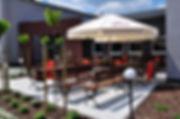 Ogródek piwny z parasolkami i z ławkami jest idealnym rozwiązaniem w sezonie letnim. Zapewnia schronienie od słońca oraz przed letnim deszczem