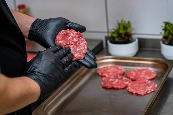 Kotlety do hamburgerów robimy własnorecznie na miejscu!