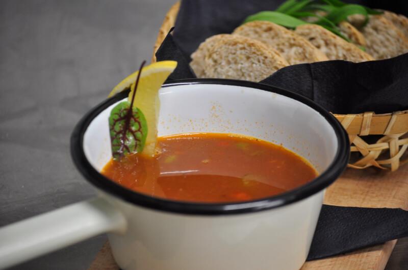 Ciepła zupa gulaszowa idealna na chłodne dni