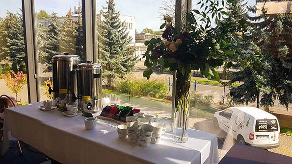 Goście w trakcie spotkań mogą skorzystać z warników, aby napić się ciepłej kawy lub herbaty.