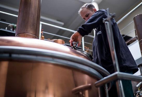 Piwowar Piotr Świerzko pokazuje jak warzyć piwo