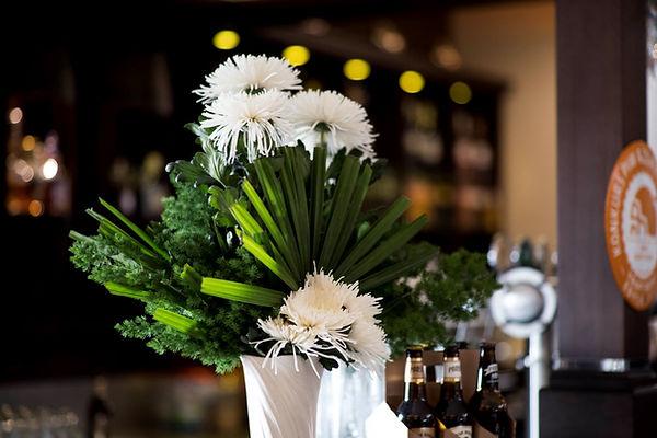 Ozdobny bukiet kwiatów na bankiet.