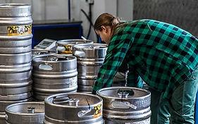 Kegi, w których transportowane jest piwo, posiadają pojemność 30L