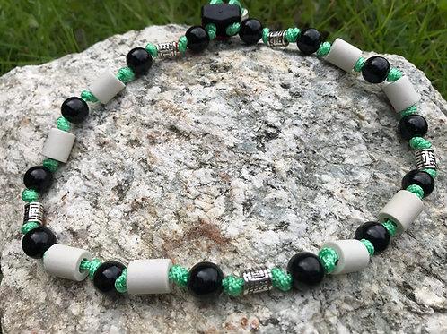 EM Zecken Halskette mit Holzperlen in Schwarz für Hunde