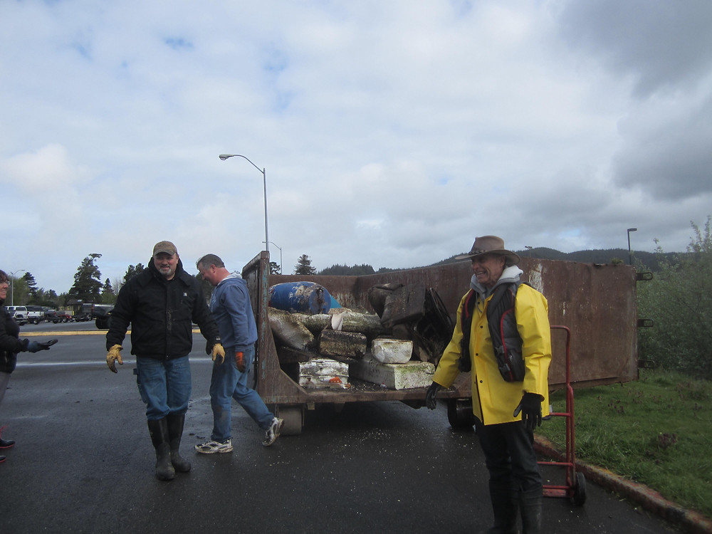 Volunteers cleaning up debris and trash from Tenmile Lakes. Photo courtesy of Julie Robbers.
