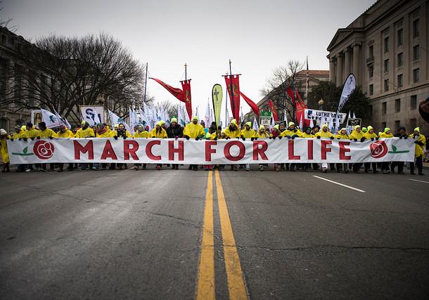 """Comment les """"pro-life"""" ont-ils le vent en poupe aux États-Unis ?"""