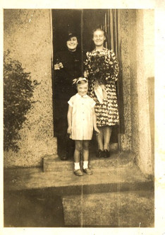 Sally Willighan with Evelyn Wright (R) and friend Lily Lemon (L)