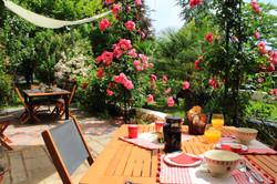 Petit_dejeuner_terrasse_chambre_hote_émilion_7,5