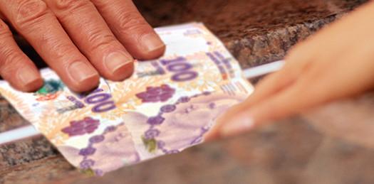 Algunos bancos cobran comisiones indebidas por depósitos de efectivo
