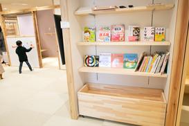 絵本や育児の本も充実しています