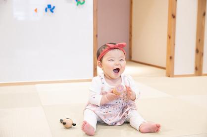 0歳の赤ちゃんも不思議とずーっとニッコニコ