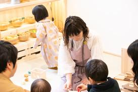 自然と子どもたちがラウンジに集まってきます