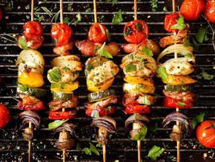 Barbecue accompagné de sa salade de tomates & de pommes de terre au cumun