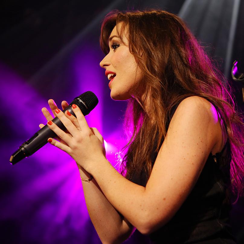 Elsa Esnoult qui chante