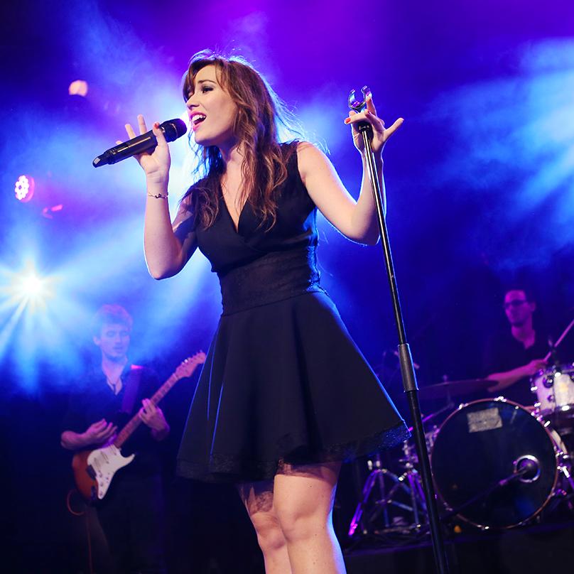 Elsa Esnoult en plein concert