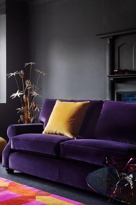 canapé violet et coussin moutarde doux et chaleureux ambiance theatrale