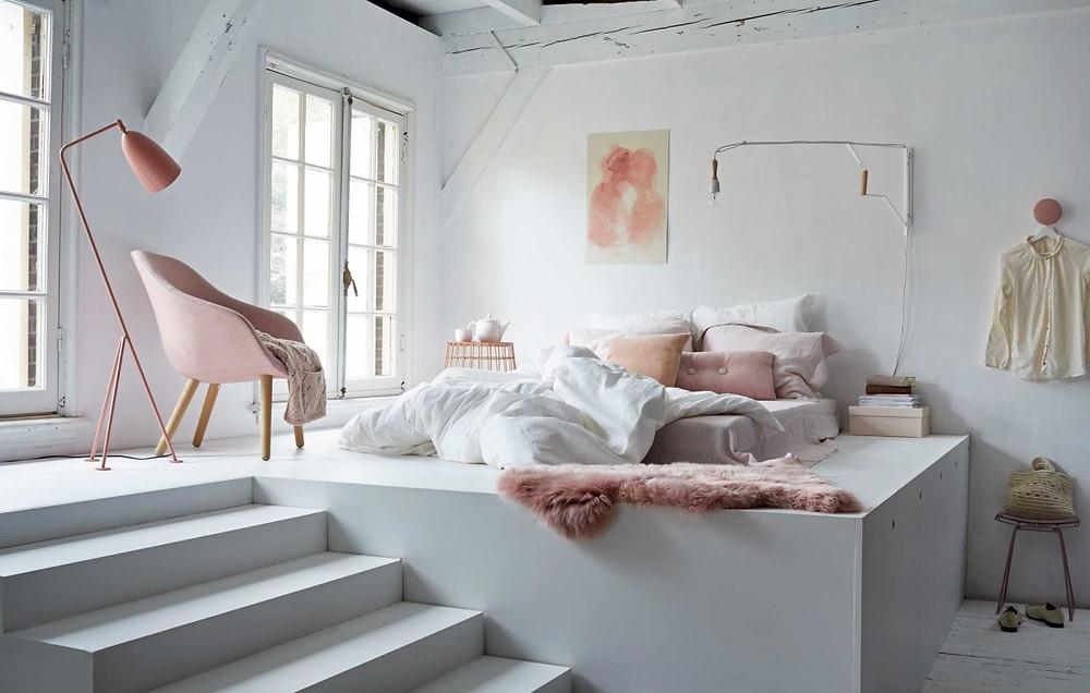 chambre  ouverte sur mezzanine blanche et rose cosy