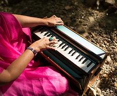 Sabina am Harmonium.jpg