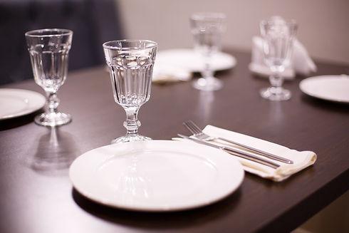 Красивая посуда и барное стекло