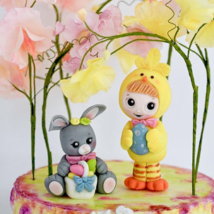 Sugar figurines is another element that