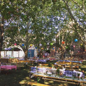 Hochzeitsfeier auf der Hoffläche