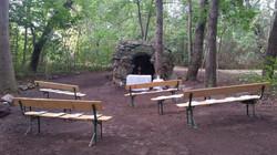 Historische Grotte im Park
