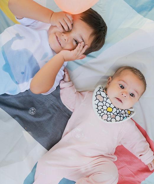 niño y bebé con ropa