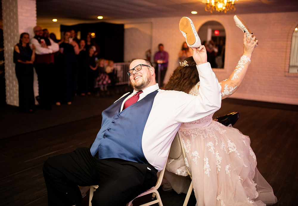 bride and groom play shoe game at michauds in strongsville ohio