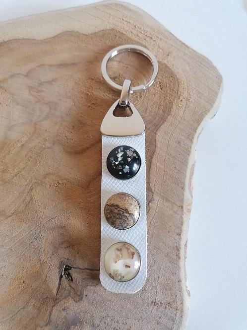 Porte-clefs cabochons sur cuir grainé blanc
