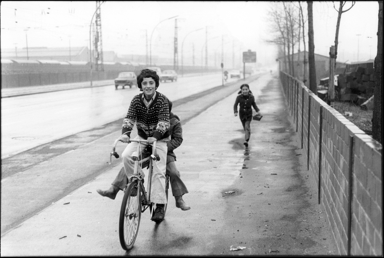 Le jeune cycliste et sa soeur