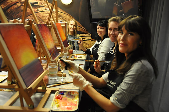 Paint and wine kurssilla maalausta