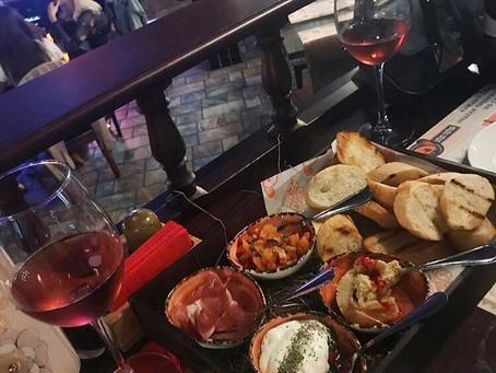 Ассорти брускетт и вино
