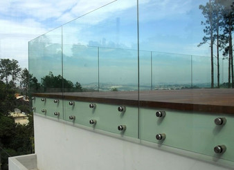 Conheça as diversas aplicações dos espelhos e dos vidros temperados.