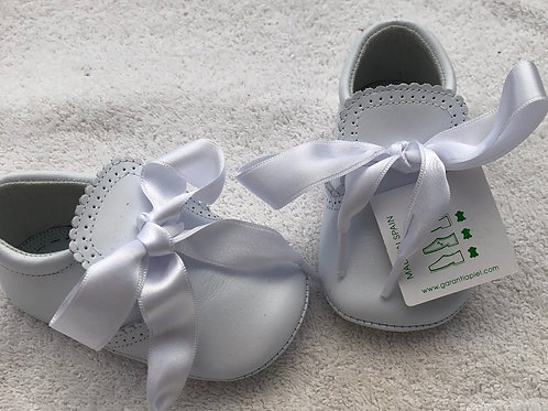 White leather baby shoes with bow