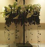 ワークショップで作れる黒竹のシャンデリアの 詳細です。 アジアンバロックな黒竹のシャンデリアに、 野の草花とオーガニックフラワーを アレンジしてゆきます。 同じ種類の植物であっても、同じ形の植物は一つとしてないのは、私達の個性と重なるところがありますね! 作った人の個性がよく出るアレンジメントになります!! そして、この花器はお正月のお花としても使用できます。テーブルの上や、玄関に、そのまま飾っても、紐で吊るしても可愛らしいです。 画像は見本です。実際はこれより小さく、サイズは直径 17cmくらいのものを作