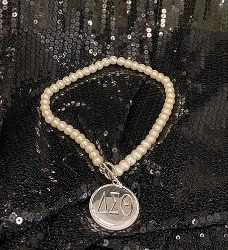 Pendant & Pearls Necklace