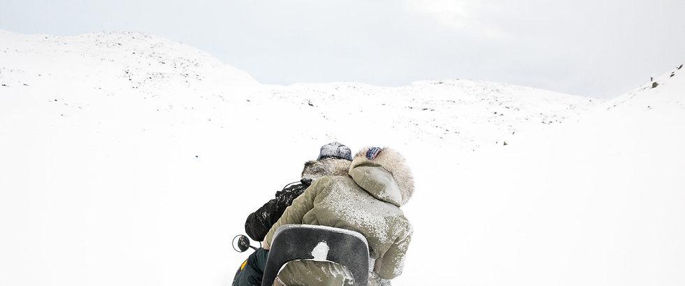 Salimuni Qavavauk et sa mère Kullu Qavavauk, à motoneige dans la toundra.