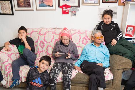 Famille de Louisa Tarriasuk, l'instant d'avant. Adami Tarriasuk, Malik Nauya, Rebecca Padlayat, Quitsak Tarriasuk, Leslie Tarriasuk.