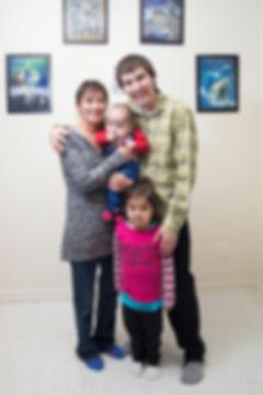 Siaja Usuarjuk et sa famille, la pose. Siaja Usuarjuk, Charlie Tardif, Brian Tardif, Shannon Usuarjuk.